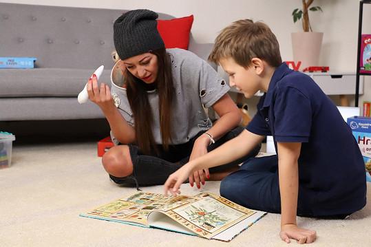 Se synem Kryšpínem, který má kvůli nouzovému stavu prázdniny, se doma pilně učí.