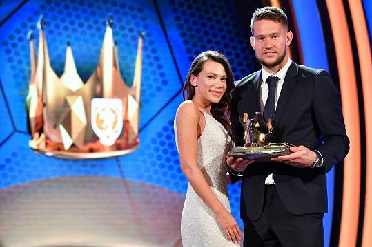 Brankář španělské Sevilly Tomáš Vaclík se stal Fotbalistou roku. Na snímku s manželkou Martinou