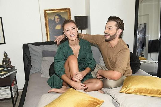 Půjčil jí i svoji ložnici.