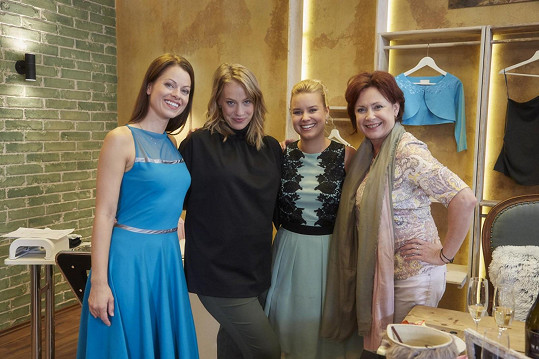 Aneta Krejčíková se svými hereckými kolegyněmi (zleva) Hanou Holišovou, Patricií Solaříkovou a Ilonou Svobodovou