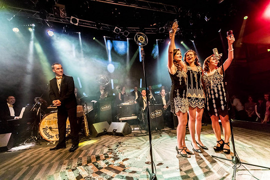 Vystoupení big bandu Original Vintage Orchestra moderoval režisér Jiří Vejdělek.