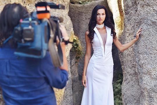Při focení šatů došlo i na televizní natáčení.