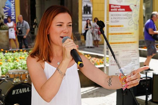 Vystoupila na koncertu Busking pro Slunce, kde se po covidové pauze konečně setkala s fanoušky. Někteří jí přinesli dárky.