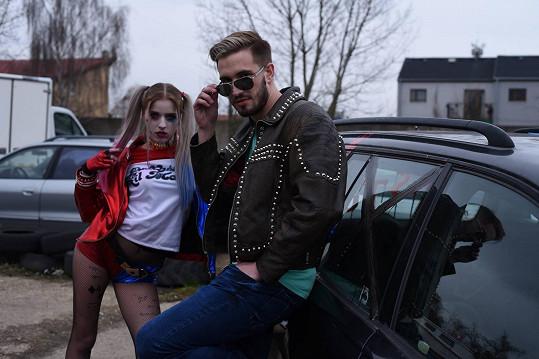 Petr Pöschl a Adéla Kubíčková v klipu Sexy Taxi