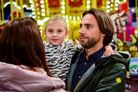 Roman se snaží pro své potomky připravit kouzelné Vánoce.