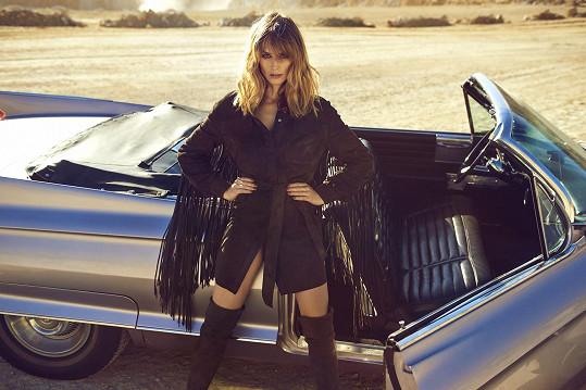 Pózovala u veteránu Cadillacu.