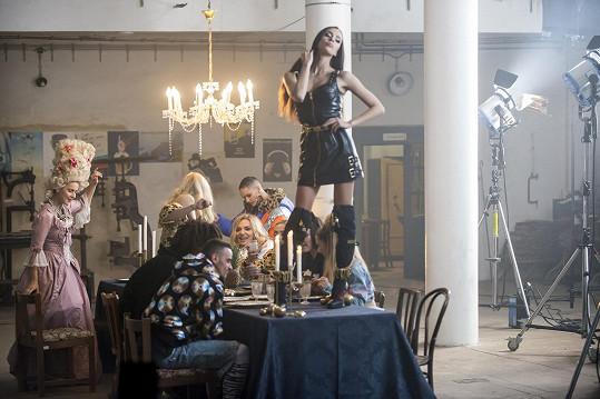 V klipu k písni Kolotoč hrají opět zpěvaččini přátelé.
