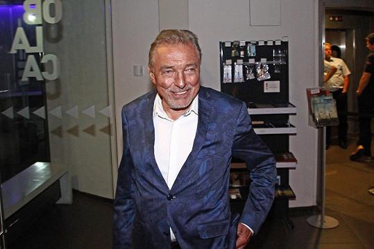Karel Gott přišel na párty s úsměvem na rtech.