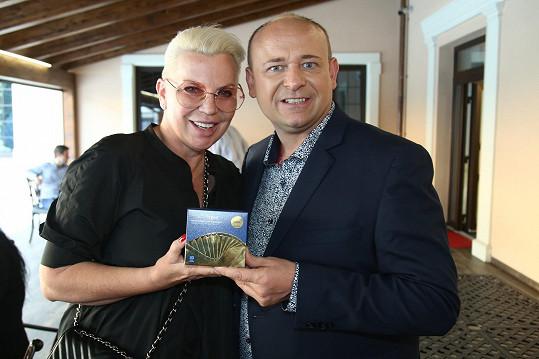 Zde je s ředitelem soutěže Davidem Novotným.