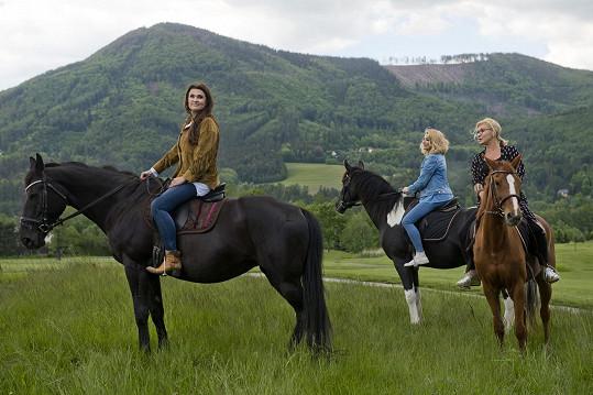 Dámy si na závěr filmu vyzkoušely i jízdu na koních.