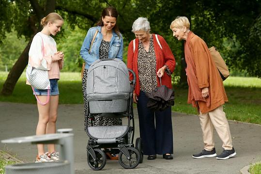 Daniela Kolářová (vpravo) se upsala seriálu Sestřičky. Na snímku (zleva) s Amélií Pokornou, Adélou Gondíkovou a Danou Syslovou