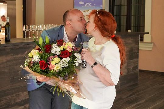 Od prezidenta soutěže Davida Novotného dostala květiny.
