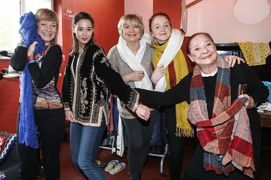 Maruška s kolegyněmi na Fidlovačce, kde se charitativní bazar konal.