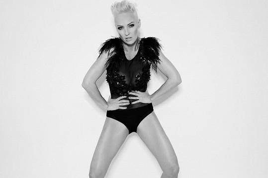 Zuza připomíná světovou zpěvačku Pink.