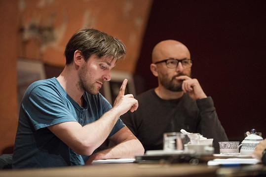 Zahraje si v ní s Karlem Heřmánkem ml., který už má zkušenost s anglickou verzí, režie se ujal Tomáš Mašín (vpravo).