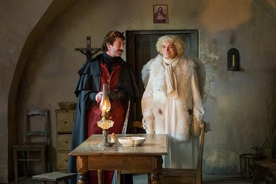 Jako čert Uriáš sekunduje andělu Petronelovi v podání Ivana Trojana.