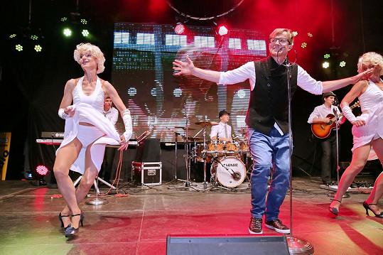 Petra Kotvalda jeho žena (vlevo) tanečně doprovází.