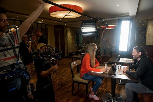 Zákulisní záběry z focení s neznámou blondýnou