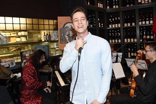Zazpíval a doprovázel ho mj. Varhan Orchestrovič Bauer.