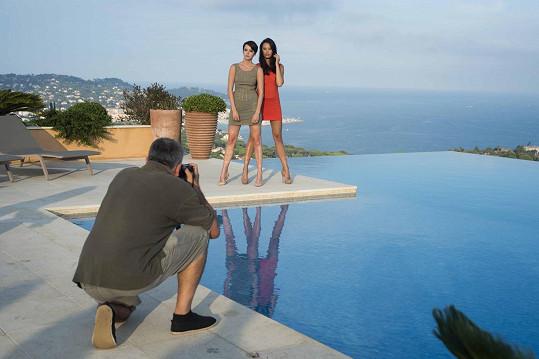 Gábina s Monikou Leovou u panoramatického bazénu.