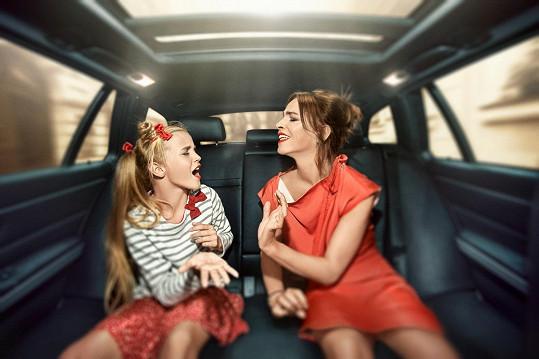 Lucie se svou dcerou Amélií v cyklu fotografií Za oponou