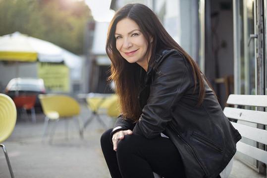 Po třech letech od vydání oceňovaného alba Světlo přichází zpěvačka Anna K. snovou skladbou Na malou chvíli, která vznikla vtandemu sjejím životním partnerem Tomášem Varteckým.