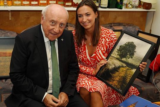 Lucie Gelemová a Felix Slováček s kalendářem