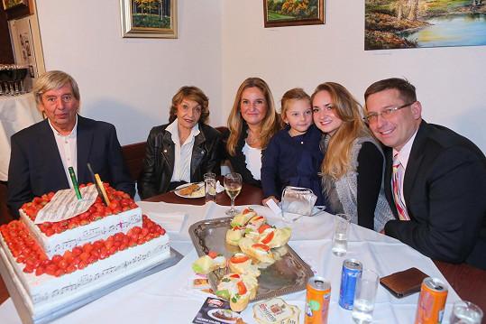 Na oslavu dorazil také Yvettin syn (vlevo), vnučka s manželem a pravnučky.