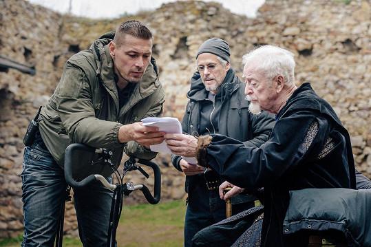 Michael Caine (vpravo) během natáčení. Pokyny mu dává režisér Petr Jákl.