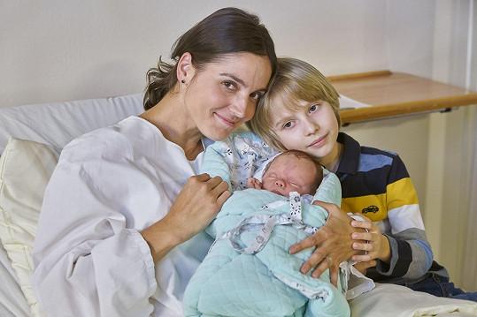 Markéta alias Karla Marečková se sžívá s rolí dvojnásobné maminky. K adoptovanému Vojtovi jí v seriálu přibyl novorozenec.