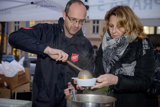 Lekešová například rozdávala polévku.