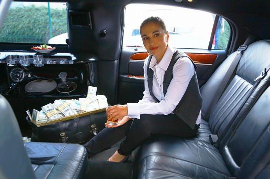 Kalendář se fotil i v limuzíně a s kufrem plným peněz.