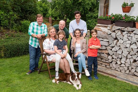 Skupinové foto dvou rodin zasažených výměnou miminek z natáčení seriálu Kukačky
