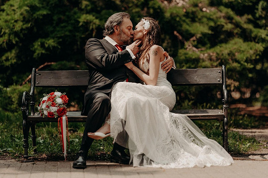 Vzal si svou dlouholetou partnerku Markétu.