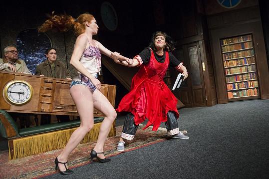 Divadlo Bez zábradlí uvedlo Hru, která se zvrtla. Na snímku Nikol Kouklová a Anežka Rusevová.