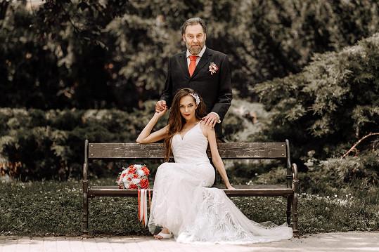 Novinář Radek John se oženil.