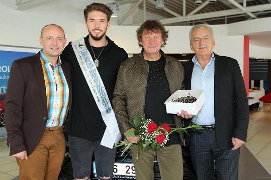 Jeho otec Standa dostal k narozeninán dort a kytku.