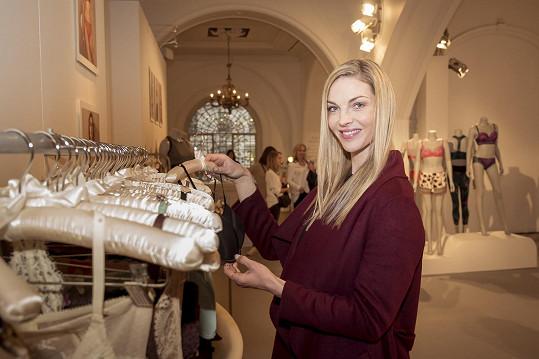 Českou modelku přilákalo prádlo, které spolunavrhuje Rosie Alice Huntington-Whiteley.