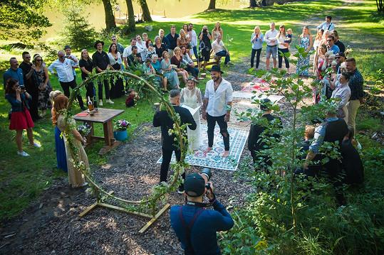 Novomanželé a svatební hosté