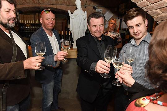 Herci Junák, Nečas, Postránecký a Brožek pokřtili vinařství.