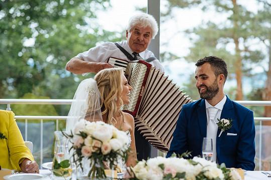 Během obřadu novomanželům zahrál na harmoniku dědeček.