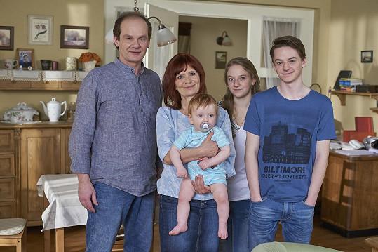 Liška se svojí seriálovou rodinou.