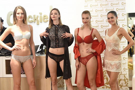 Katka s dalšími modelkami na přehlídce luxusního spodního prádla