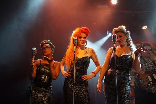 Zleva Tonya Graves, Žofie Dařbujánová a Tereza Černochová jako vokalistky filmové kapely Mad Nut & His Raisins neboli Šílenej Vořech a jeho Rozinky.