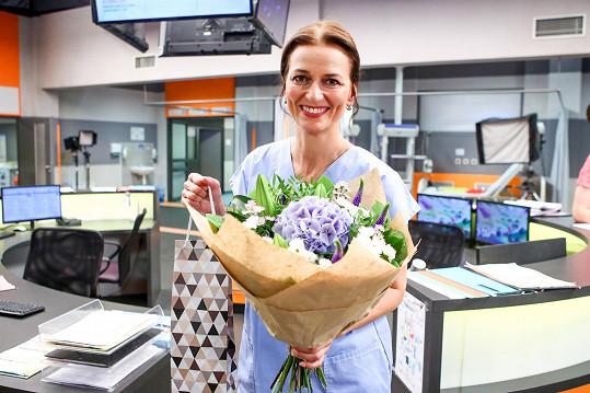 Kolegyně ze seriálu Sestřičky ji překvapily během natáčení kyticí a bonboniérou.