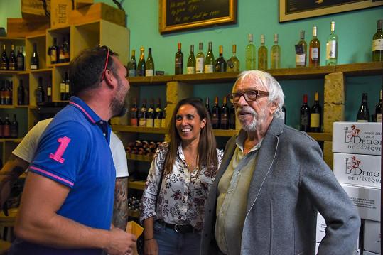 Pierre Richard přijal pozvání vinárny na pražských Vinohradech, kde slavnostně otevřel nové prostory a zahájil tak degustaci svých vín.