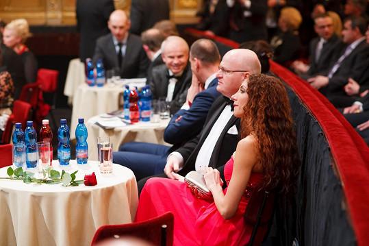 Po levici zpěvačky měl být usazen Peter Kovarčík. Místo zesnulého producenta bylo ale neobsazené a na stole zůstala symbolicky růže.