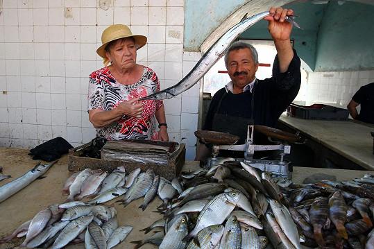 V tamním obchodě s rybami nestačila zírat.