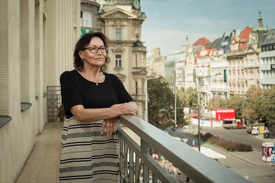 Marta Kubišová na legendárnímn balkónu na Václavském náměstí, kde zpívala Modlitbu pro Martu.
