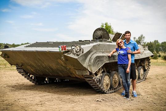 Gábina Soukalová a Petr Koukal pózují před bojovým vozidlem pěchoty.